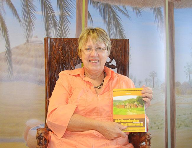 Autorin Margret Kopp mit Ihrem Erstlingswerk Afrikanische Entführung