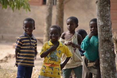 Die Kinder beobachten uns freudig sobald wir irgendwo auftauchen