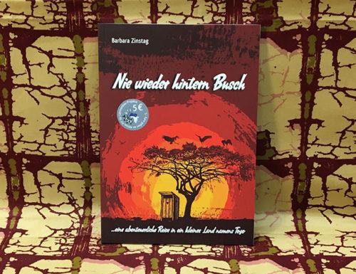 Der Titel des Buches Nie wieder hintern Busch ... eine abenteuerliche Reise in ein kleines Land namens Togo