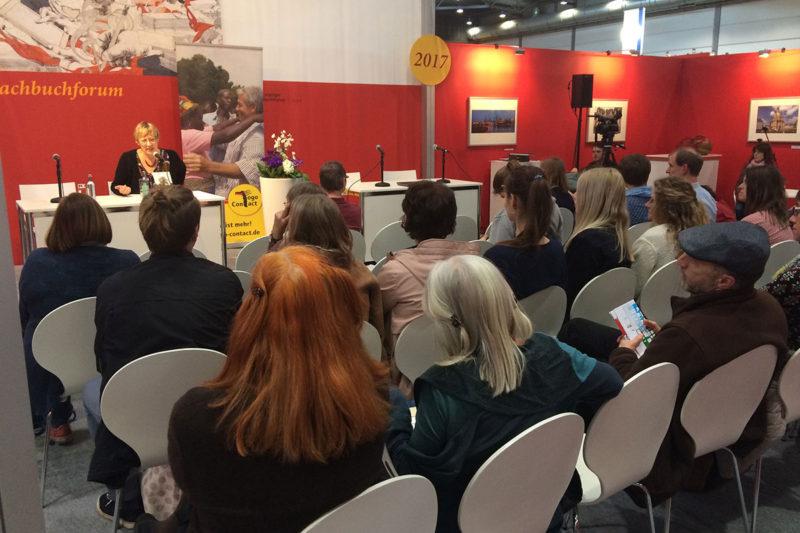 """Unsere Autorin liest auf der Leipziger Buchmesse im bis auf den letzten Platz besuchten Forum """"Sachbuch"""" aus ihrem Buch Beim Baobab rechts runter."""