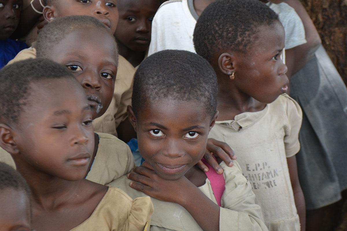 Die Kinder sind sehr neugierig und freuen sich immer sehr über die weißen Besucher!