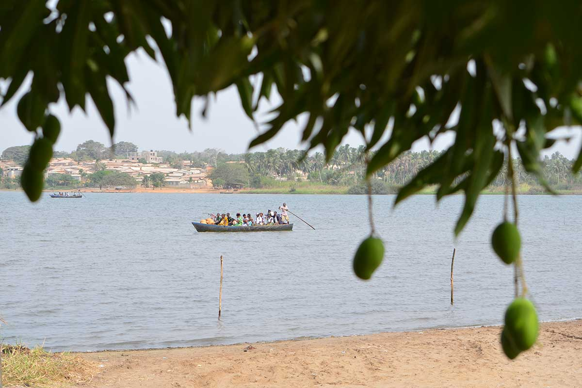 Über den Togosee wird man mit der Piroge befördert.