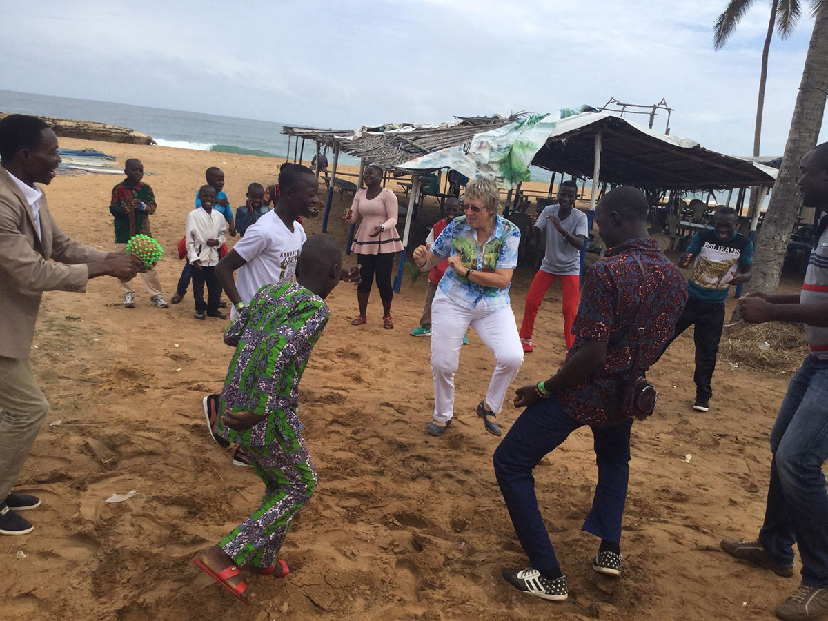 Treffen und Tanzen mit Patenkindern am Strand in Lomé