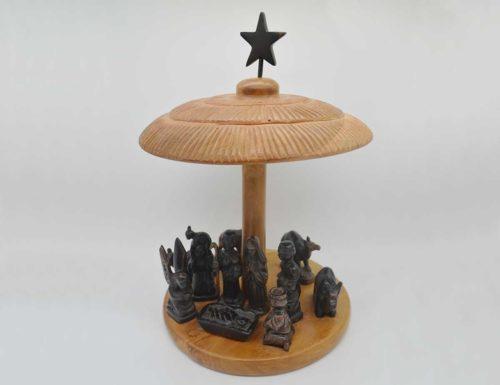 Handgeschnitzte Krippe aus zwei verschiedenen Hölzern. Die Figuren sind aus Ebenholz geschnitzt. Das Gestell besteht aus Teakholz.
