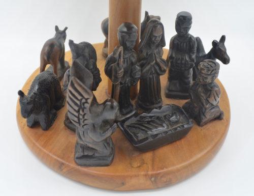 Die 11 Figuren auf der runden Holzkrippe sind aus Ebenholz geschnitzt.