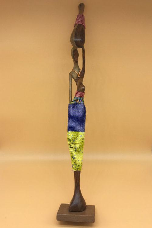 Handgeschnitzte Statue mit Perlen von Vorne
