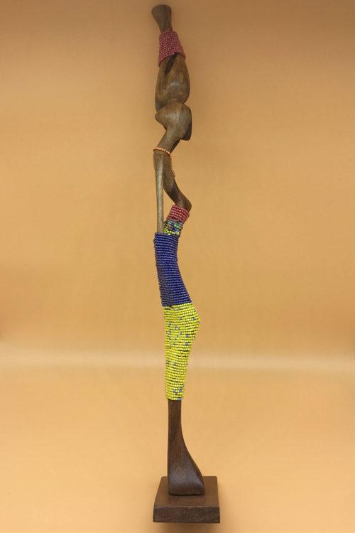 Handgeschnitzte Statue mit Perlen von Links