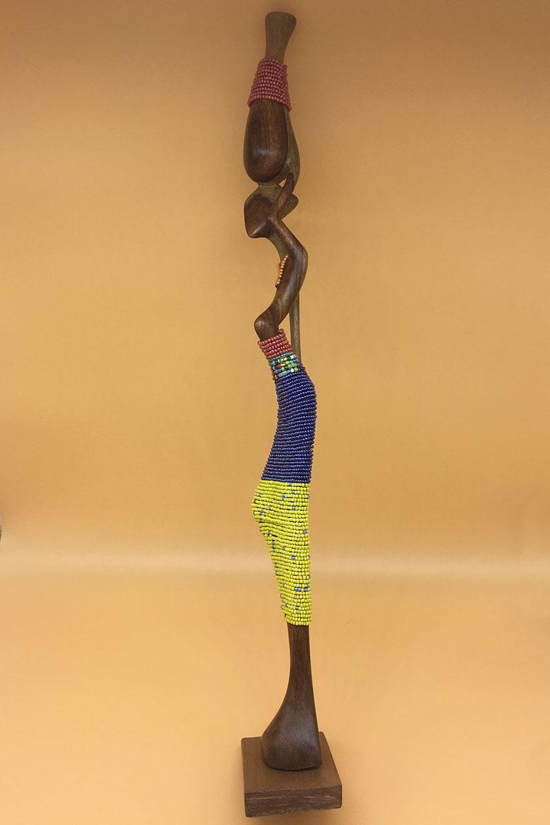 Handgeschnitzte Statue mit Perlen von Rechts