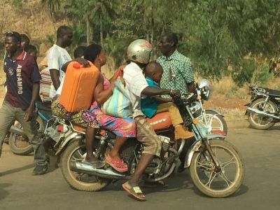 4 Leute am Motorrad sind nichts besonderes in Togo. Da würden auch noch mehr drauf passen :-)
