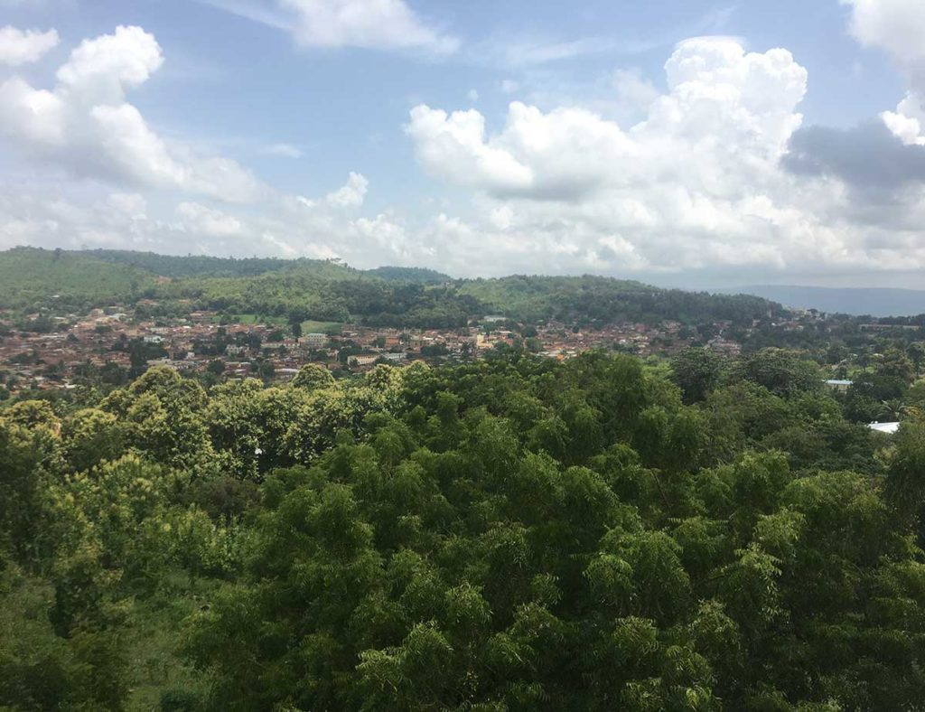 Blick vom Roc-Hotel über Atakpame in der Regenzeit.