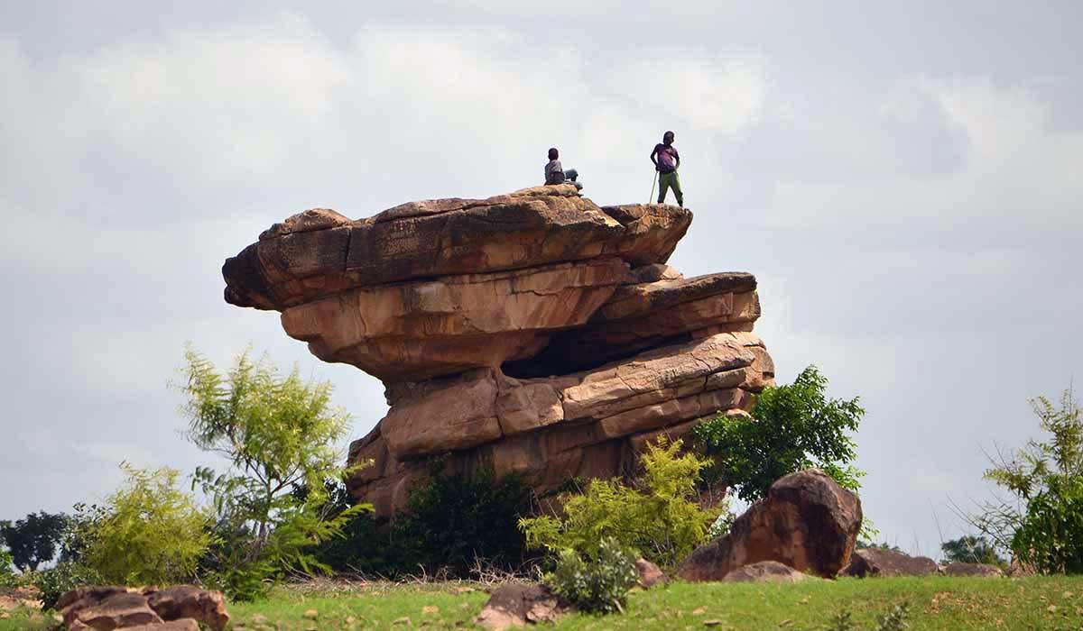 Felsen mit Kindern im Norden von Togo
