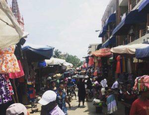 Wuselndes Treiben am Markt in Lome, im Hintergrund sieht man die Kathedrale.