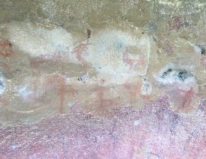 Steinzeitzeichnungen an einem Felsen in Togo