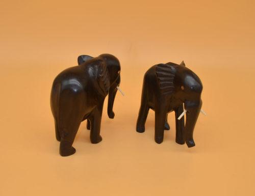 Handgeschnitzter Elefant aus dem dunklen Kern des Ebenholz. Deshalb einfarbig schwarz.
