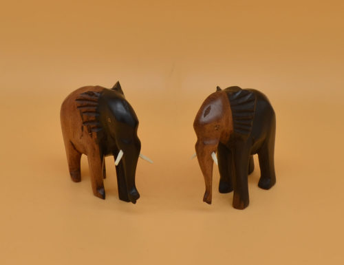 Handgeschnitzter Elefant aus dem dunklen Kernhholz sowie dem hellen Splintholz des Ebenholz. Deshalb zweifarbig.