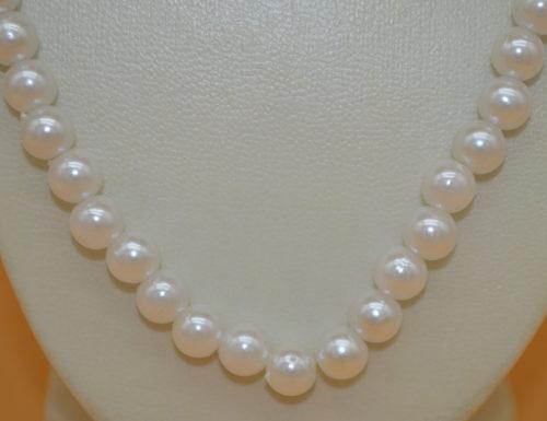 Halskette aus weißen Perlen