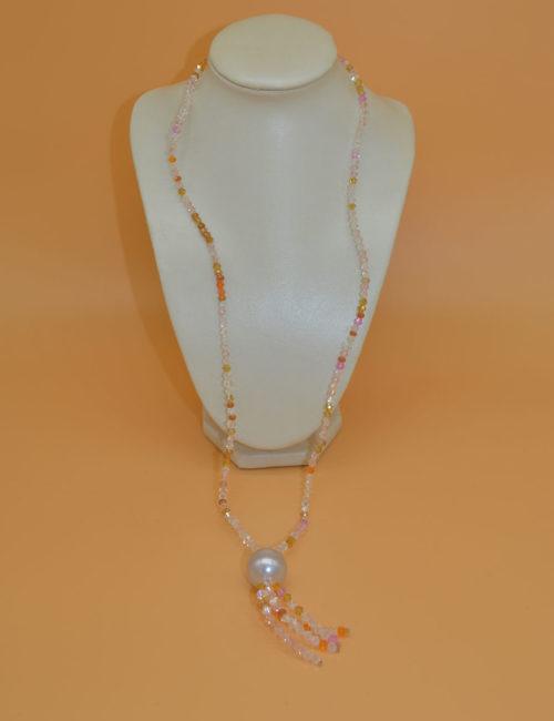 Kette in hellen Farben mit großer Perle