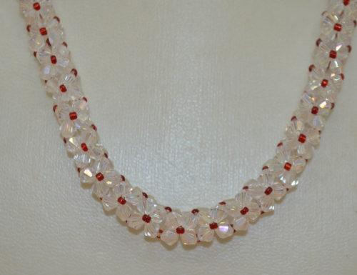 Kette mit roten und transparenten Perlen