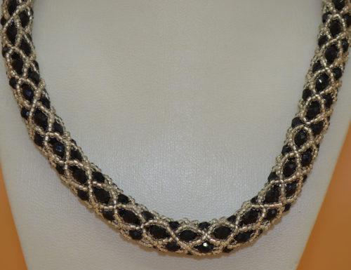 Kette silbern mit schwarzen Perlen