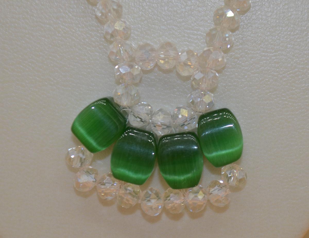 Kette transparent mit grünen Steinen