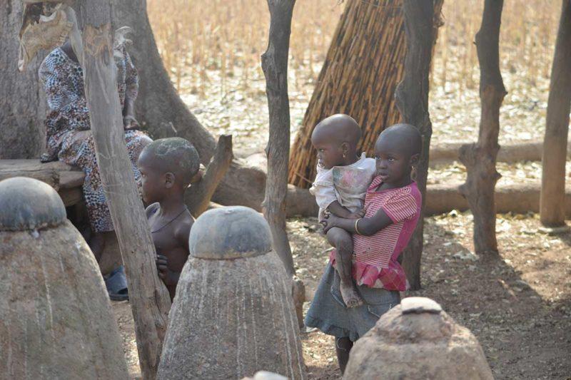 Kinder der Koutammakou vor den Ritensteinen eines Tata