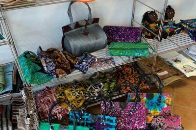 Batiktaschen und -Stoffe im Afrika-Laden